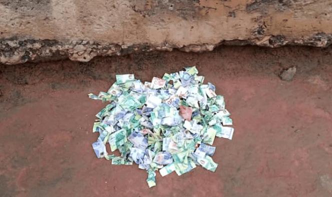 Good Samaritan Returns Huge Sum Of Money He Found Behind His Room To The Police